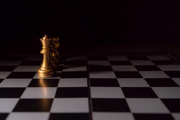 Sluit omhoog geschoten schaak op het raadsspel met donker stemming en toon het concept van de procesconcurrentie