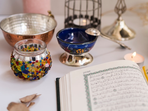 Sluit omhoog geschoten van geopende koran op feestelijke lijst