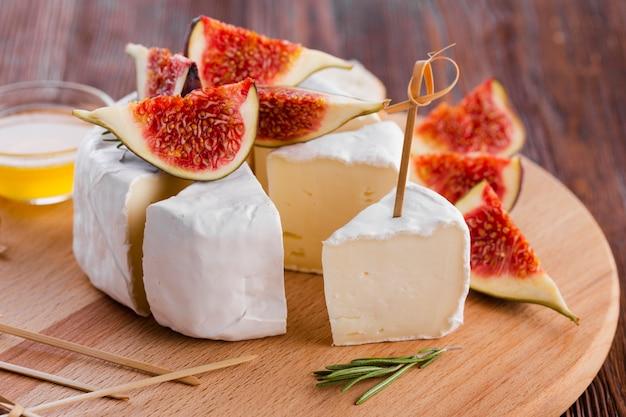 Sluit omhoog gesneden camembertbroodje met fig