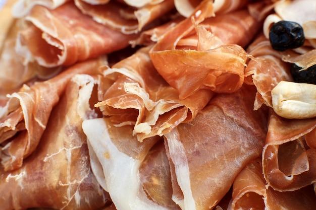 Sluit omhoog gesneden verse broodjes van jamon