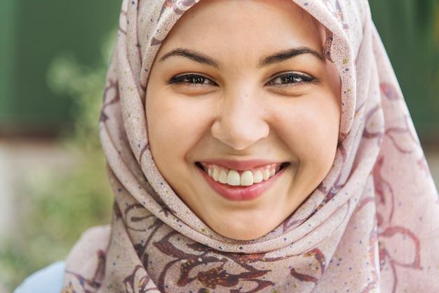 Sluit omhoog gezicht van het islamitische vrouw glimlachen