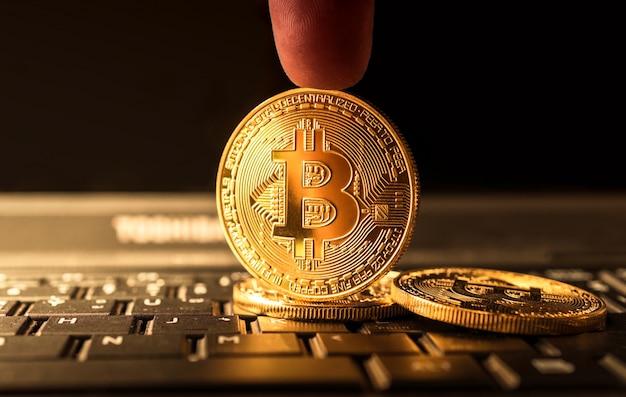 Sluit omhoog gouden crypto van de bitcoinmuntstuk munt achtergrondconcept.