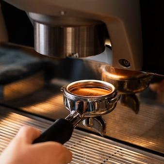 Sluit omhoog hand die koffie voorbereidt
