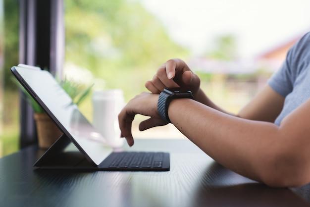 Sluit omhoog hand gebruikend slimme horlogetechnologie
