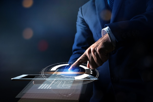 Sluit omhoog hand van zakenmanpers op tablet en gebruikend moderne interfacebetalingen online winkelend