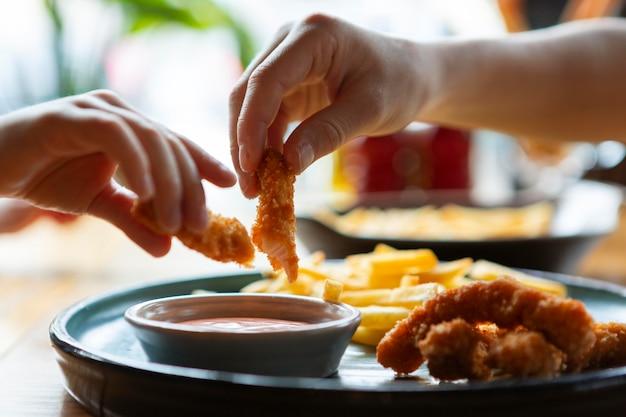 Sluit omhoog handen die voedsel houden
