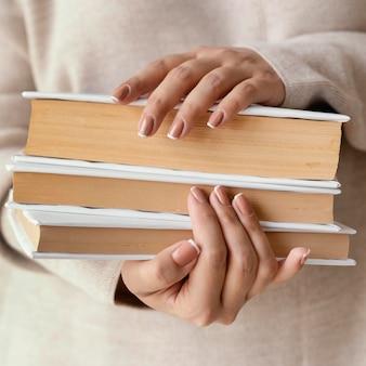Sluit omhoog handen met boeken
