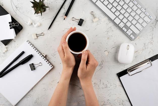 Sluit omhoog handen met koffiekop