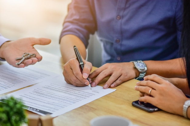 Sluit omhoog handtekencontract het kopen huis