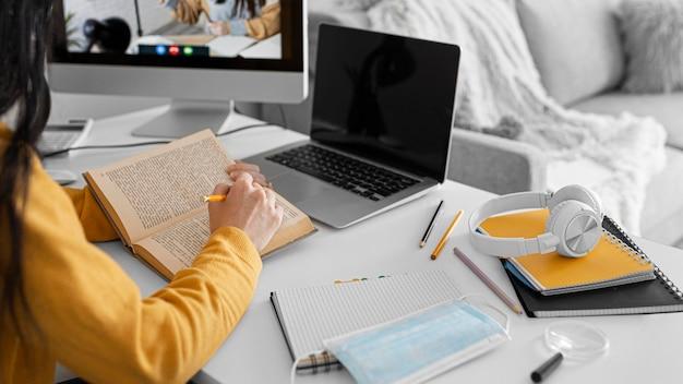 Sluit omhoog het boek van de studentenlezing