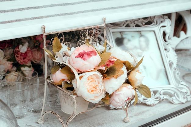 Sluit omhoog het boeket van de huwelijksdecoratie van kunstbloemen