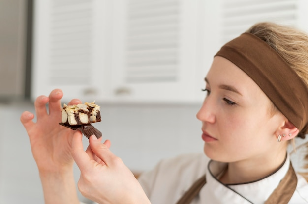 Sluit omhoog het dessert van de vrouwenholding
