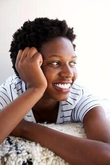 Sluit omhoog het jonge vrouw ontspannen op weg en tapijt die kijken glimlachen