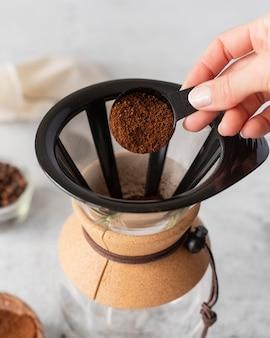 Sluit omhoog het maken van koffieproces