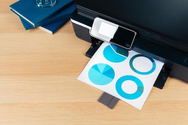 Sluit omhoog het moderne printerscherm in bureau