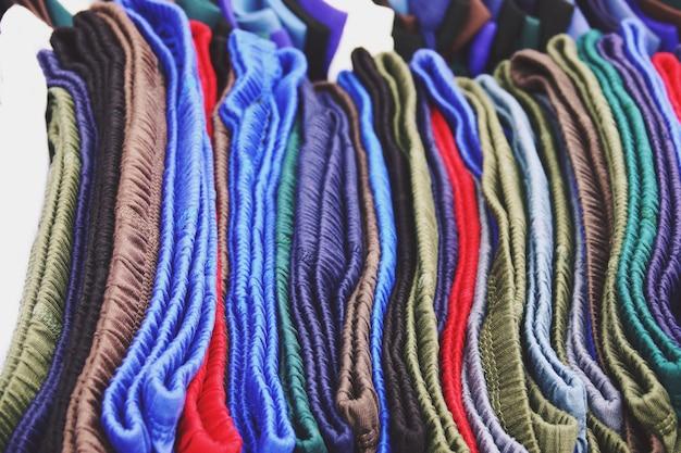 Sluit omhoog het ondergoed van kleurrijke mensen in de opslag