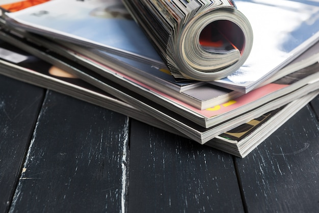 Sluit omhoog het stapelen van tijdschriftplaats op lijst