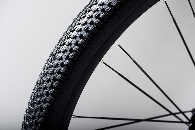 Sluit omhoog het wiel van de mountainbike