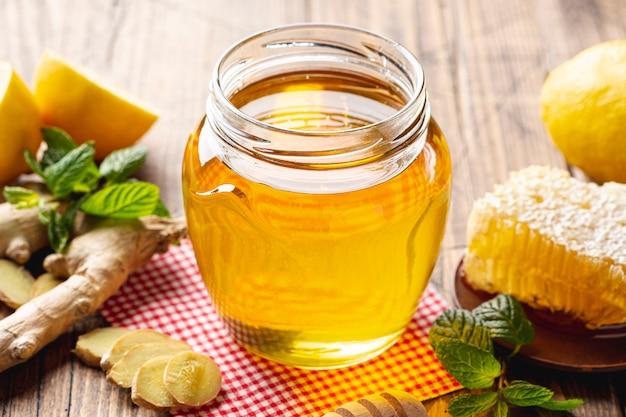 Sluit omhoog honingskruik met honingraat