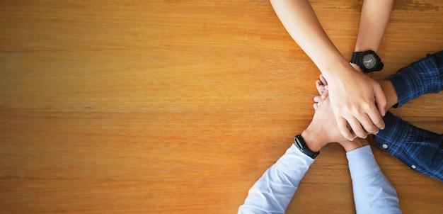 Sluit omhoog hoogste mening van jonge bedrijfsmensen die hun handen samenbrengen. team baan. opstarten concept