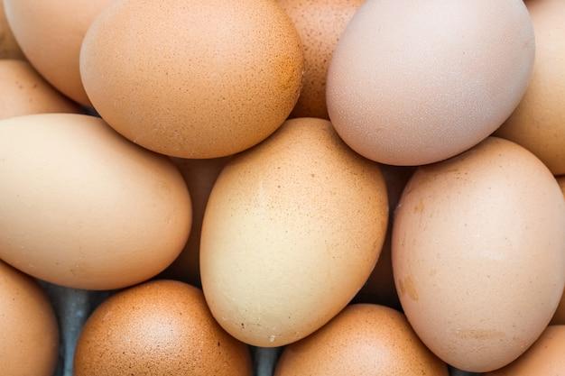 Sluit omhoog hoogste meningsstapel van eieren