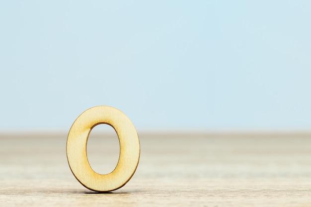 Sluit omhoog houten numeriek op lijst met exemplaarruimte, cijfer nul