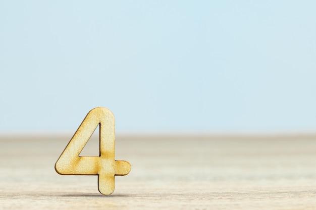 Sluit omhoog houten numeriek op lijst met exemplaarruimte, nummer vier