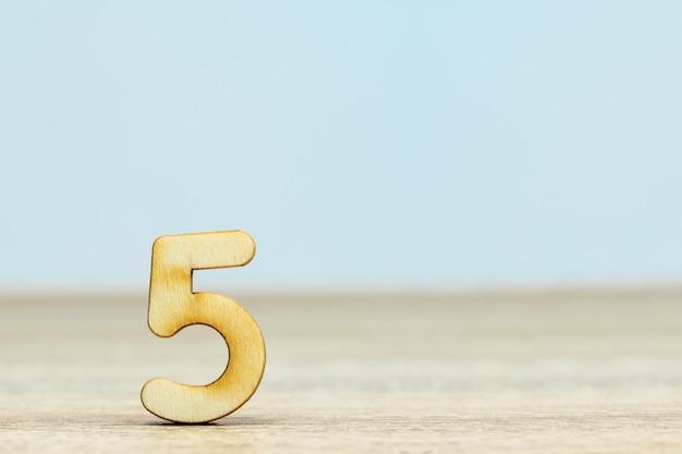 Sluit omhoog houten numeriek op lijst met exemplaarruimte, nummer vijf