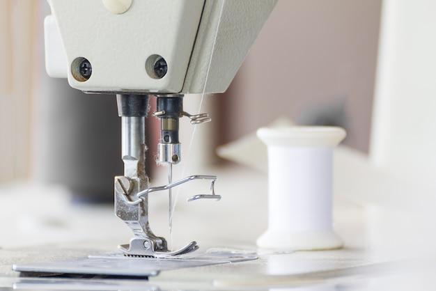 Sluit omhoog industriële naaimachine