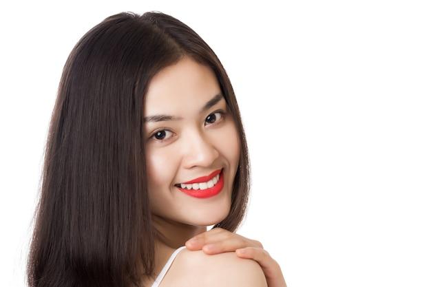 Sluit omhoog jonge mooie aziatische vrouw met gelukkig smileygezicht dat op wit wordt geïsoleerd.