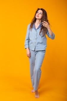 Sluit omhoog jonge vrouw in blauwe huiskleding