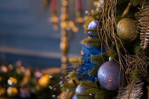 Sluit omhoog kerstboom met blauwe ornamenten en lichten, kerstmisdecoratie wordt verfraaid die