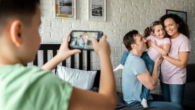 Sluit omhoog kind dat familiefoto's neemt