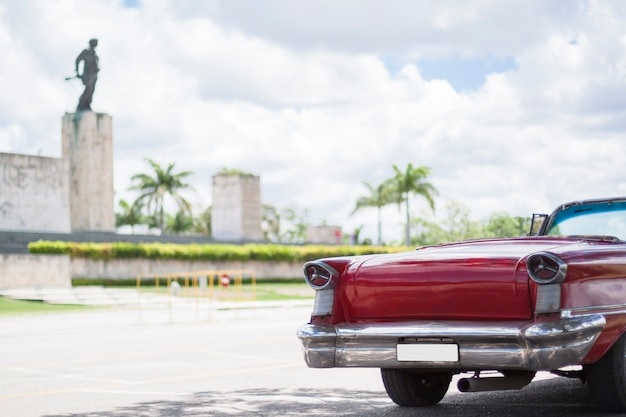 Sluit omhoog klassieke auto voor monument