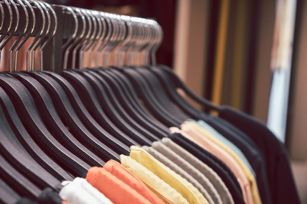 Sluit omhoog kleerhangers op rek. achtergrond voor modewinkelwinkel en kledingwinkel.
