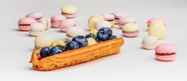 Sluit omhoog kleurrijke franse of italiaanse macaron op houten lijst