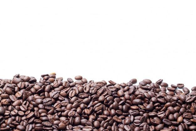 Sluit omhoog koffieboon op wit wordt geïsoleerd dat