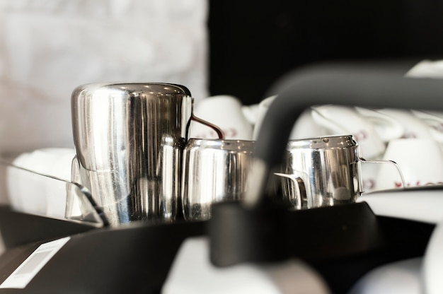 Sluit omhoog koffiekopjes op dienblad