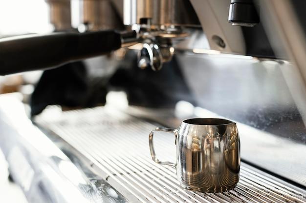 Sluit omhoog koffiemachine en kop