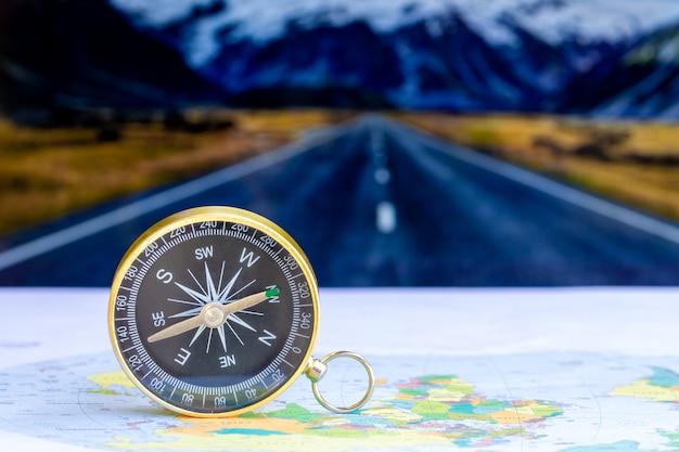 Sluit omhoog kompas op document kaart