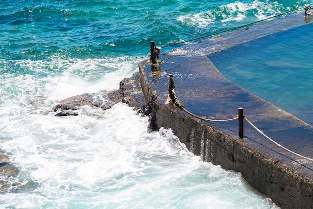 Sluit omhoog kristallijn golvend water bij kust