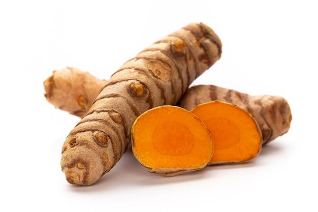Sluit omhoog kurkuma, curcuma longa linn, wortelstok die op wit oppervlak wordt geïsoleerd.