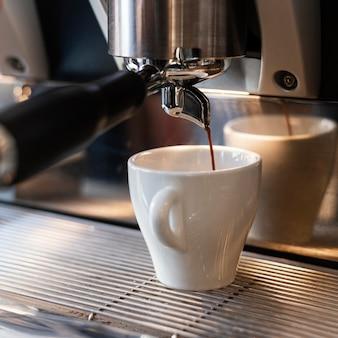 Sluit omhoog machine die koffie maakt