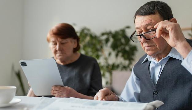 Sluit omhoog man en vrouw in bejaardentehuis