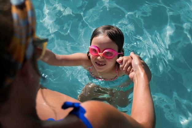 Sluit omhoog meisje dat veiligheidsbril draagt