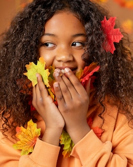 Sluit omhoog meisje met kleurrijke bladeren
