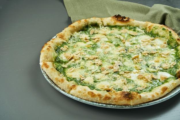 Sluit omhoog mening over smakelijke pizza 4 kaas met amandelen op houten oppervlakte in een restaurant. italiaanse keuken. close-up met kopie ruimte