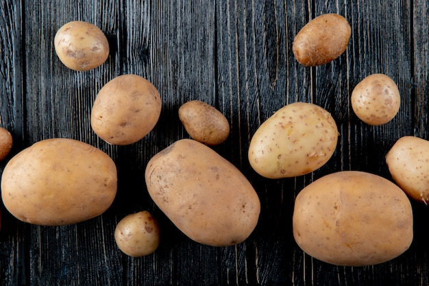 Sluit omhoog mening van aardappels op houten achtergrond met exemplaarruimte 3