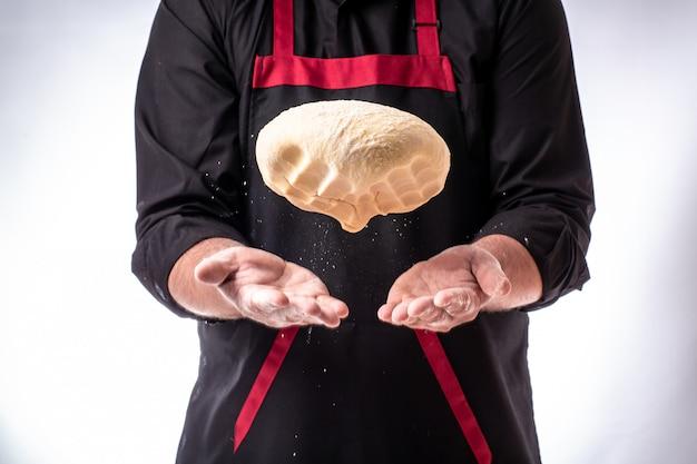 Sluit omhoog mening van bakker het kneden deeg. zelfgemaakt brood