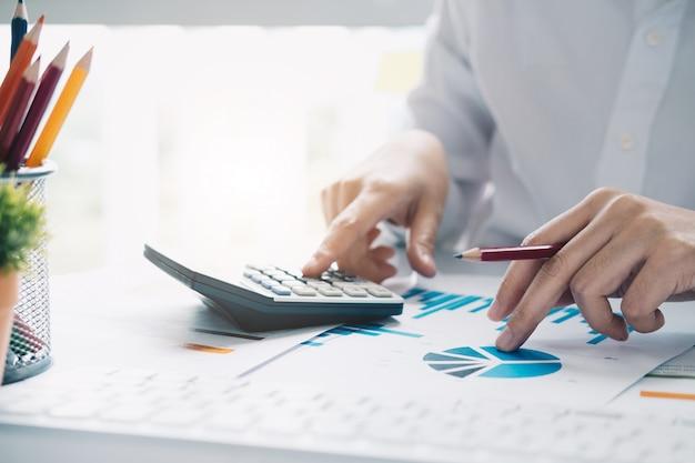 Sluit omhoog mening van boekhouder of financiële inspecteurshanden die verslag uitbrengen, saldo berekenen of controleren.